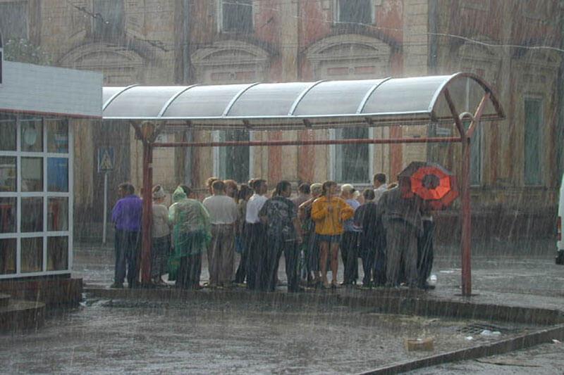 Перспектива в дождь - люди сплоченные дождем